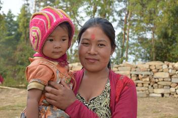 Anjana Lama avec sa fille  à Sunkhani au Népal le 17 mars 2016  Photo credit: Bipana Dhimal/Oxfam