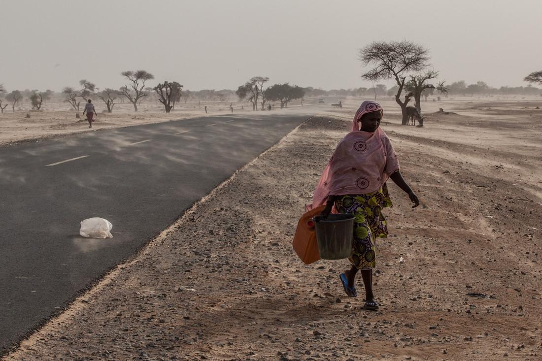 Une femme cherchant de l'eau sur le camp d'Assaga (Vincent Tremeaux / Oxfam).