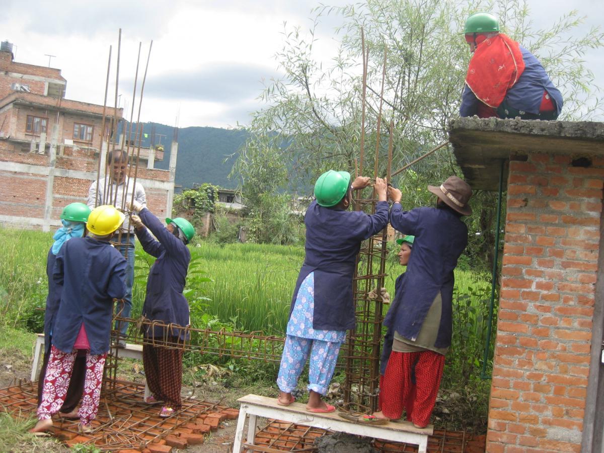 Les femmes de Lamatar placent alignent les barres d'acier des piliers afin de renforcer la structure. Photo de: Sudin Pradhan / Oxfam