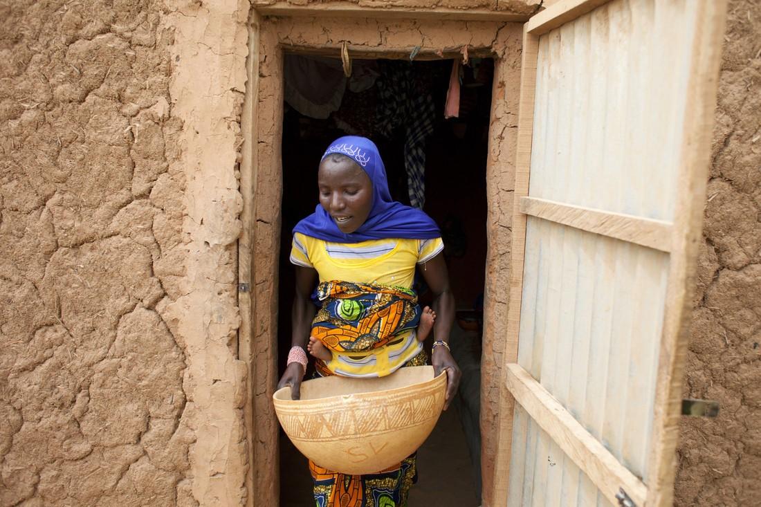 Madina vit au Niger et sa fille, Aichatou est tombée malade à cause de la malnutrition : Madina est trop pauvre pour lui donner autre chose que du millet et elle dépend de l'aide humanitaire. Madina et Aichatou doivent passer avant les profits !