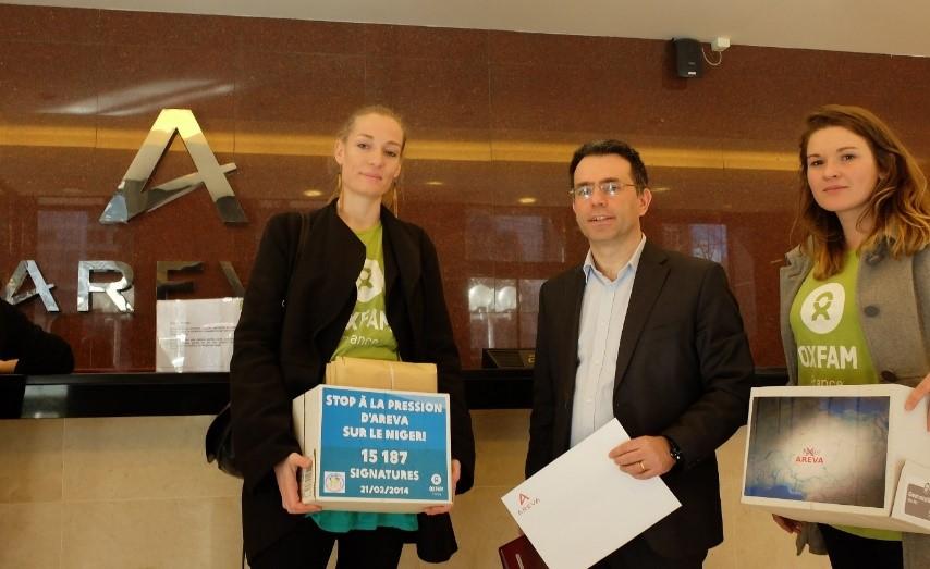 Remise de pétition au directeur de la communication d'Areva