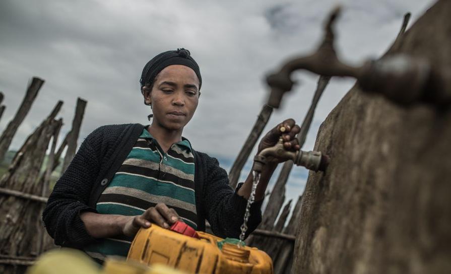 Meheret vit dans la communauté de Ginchi dans l'Etat d'Oromia, en Ethiopie. Oxfam a construit un système de distribution qui permet à des milliers de personnes d'accéder à l'eau potable. Crédit: Pablo Tosco/Oxfam