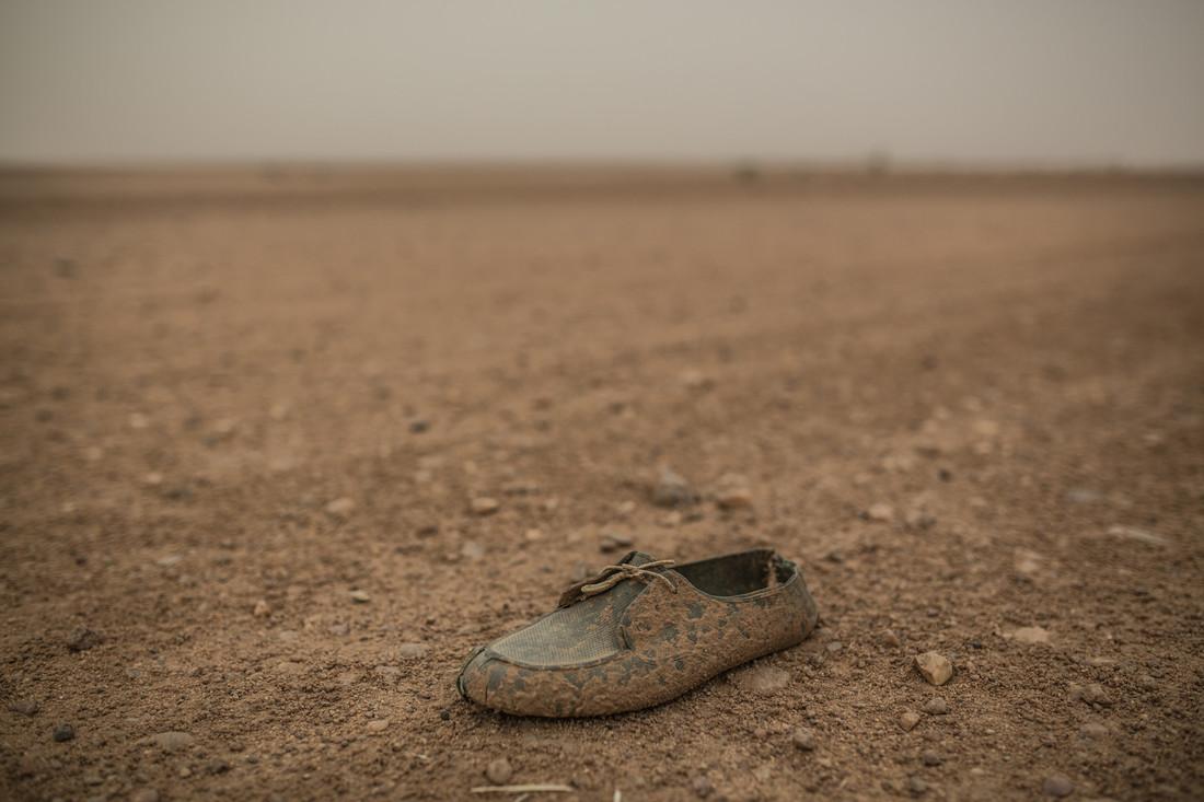 Une chaussure dans le désert sur la route vers la Libye