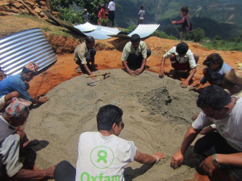 Installation d'un réservoir de stockage d'eau à Sindhupalchok au Népal par l'équipe Oxfam d'intervention d'urgence en collaboration avec les partenaires locaux - ©Oxfam
