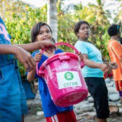 Les survivants du tsunami participe dans la distribution des kits d'hygiène fournis par Oxfam.