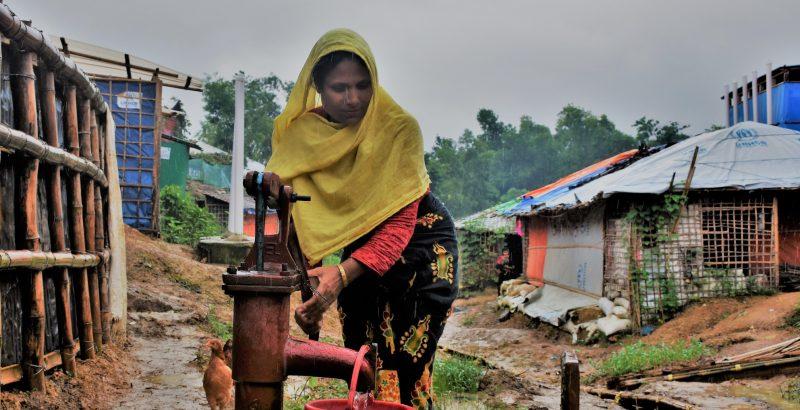 Ayesha, réfugiée Rohingyas au Bangladesh, collecte de l'eau pour ses deux filles de 10 et 18 ans.