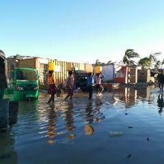 Des survivants du Cyclone Idai à Beira, au Mozambique, confrontés à la pénurie d'eau et d'électricité, et au risque de maladies dues aux eaux d'inondation contaminées.