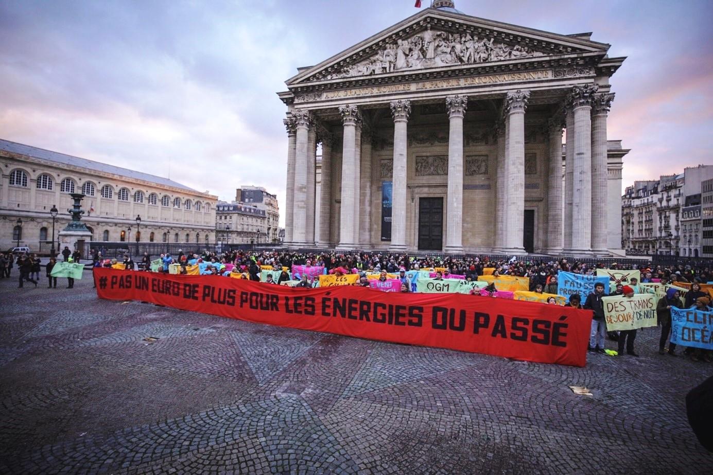 Mobilisation citoyenne en décembre 2018, devant le Panthéon à Paris, en faveur de la fin des subventions aux énergies fossiles.