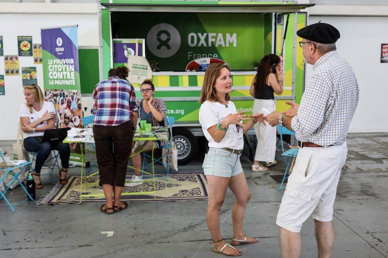 Rencontre entre les bénévoles d'Oxfam France et le public du Contre-G7, devant l'OxVan ! Crédit : LGeai / Oxfam